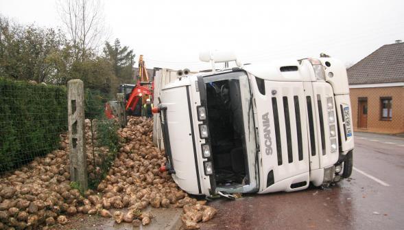 16-11-2015 -  Bruay-la-Buissi�re - Westrehem - Un camion de betteraves s'est couch� dans le centre du village de Westrehem (D94). Le chauffeur routier, �g� de 26 ans, a �t� l�g�rement bless�.
