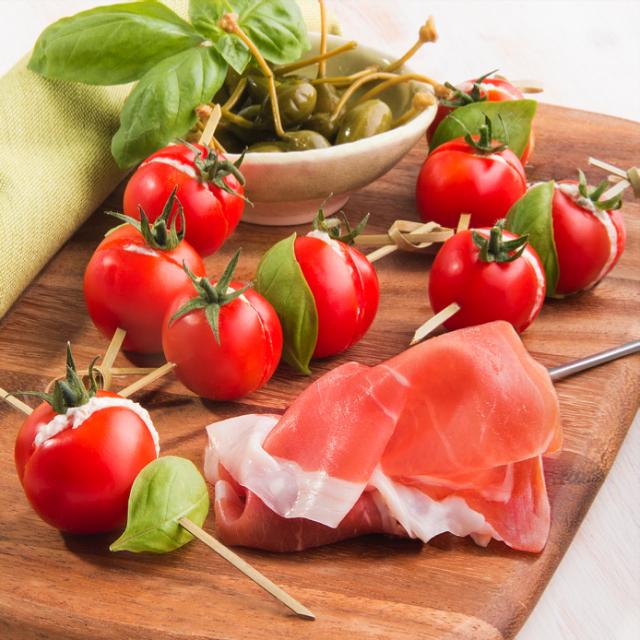 Brochettes de tomates cerise farcies � la mousse jambon de Parme