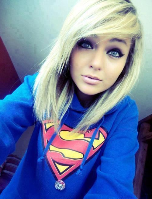 Girl swag. Pull bleu superman qui correspond parfaitement a la couleur des yeux de la fille *_*