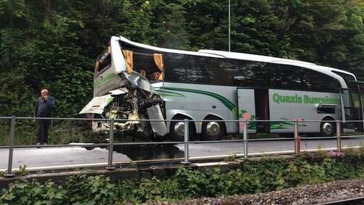 20-05-2016 - Suisse - Interlaken - Canton de Berne - Accident autocar de Tourisme - Un train ICE des chemins de fer allemands, la Deutsche Bahn, a heurt� un car de touristes vendredi � Interlaken (canton de Berne).