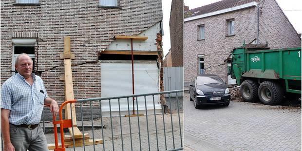 20-08-2016 - Ittre - Brabant Wallon - Accident agricole - Le tracteur perd son épandeur, une voiture est pulvérisée, une maison éventrée par la remorque en perdition dans une rue en pente.
