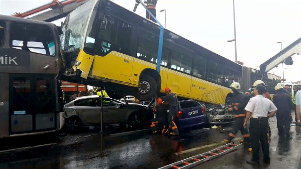23-09-2016 - Turquie - Istanbul - Un bus a terminé sa course après avoir littéralement écrasé pas moins de trois véhicules lorsque un passager irascible s'en prend au conducteur.