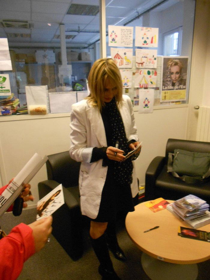 Après l'émission, Jeanne signe encore quelques autographes!