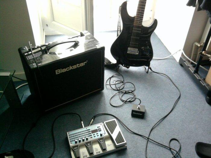 Ma guitare mon multi-effet Boss Me-20 et mon ampli à lampe