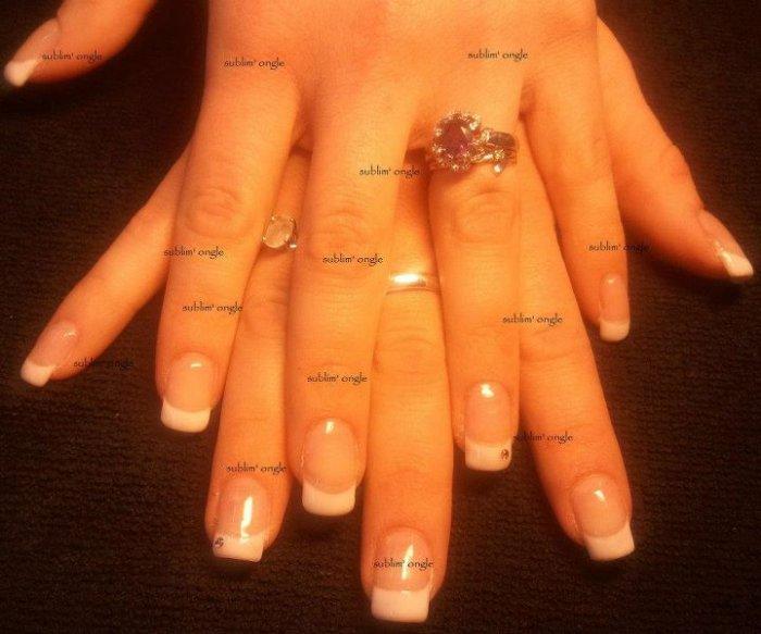 """pose complète gel french et deux strass rose avec les produits """" all saison nails """" ."""
