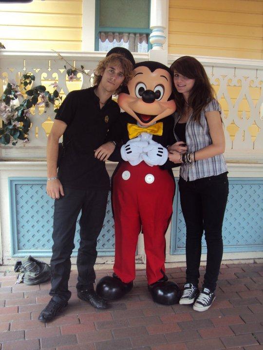 Juste une heure et demi pour une photo avec Mickey >< <3