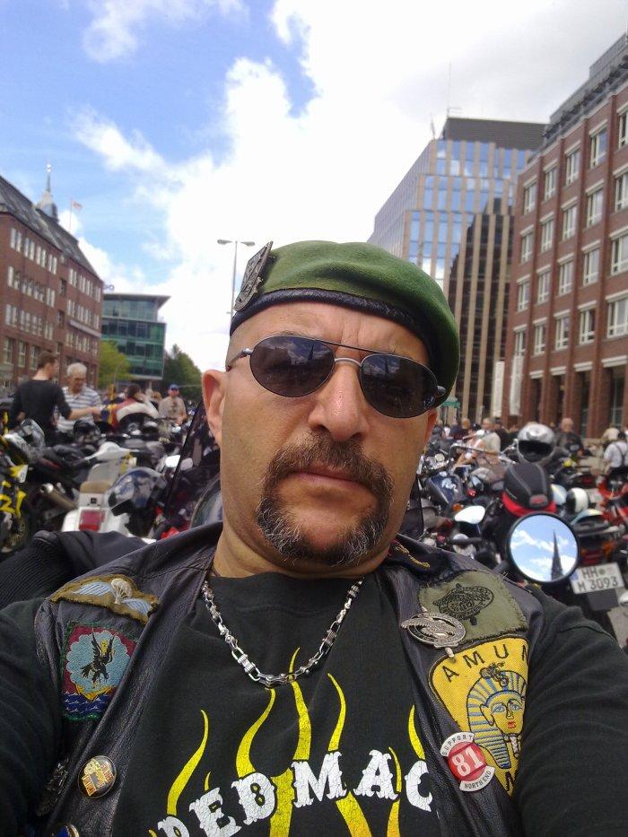 petit rassemblement motards  entre copains  ( 29 000 motos )