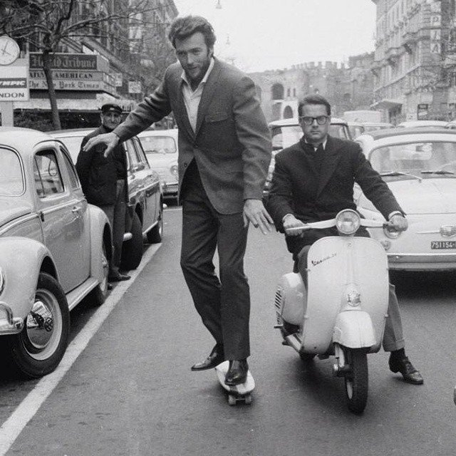 Clint Eastwood, fait du skate à Rome, 1965.