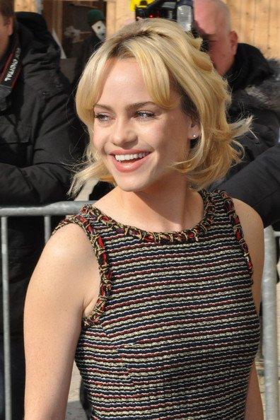 La chanteuse blonde joue les Bardot avec sa coiffure et ses