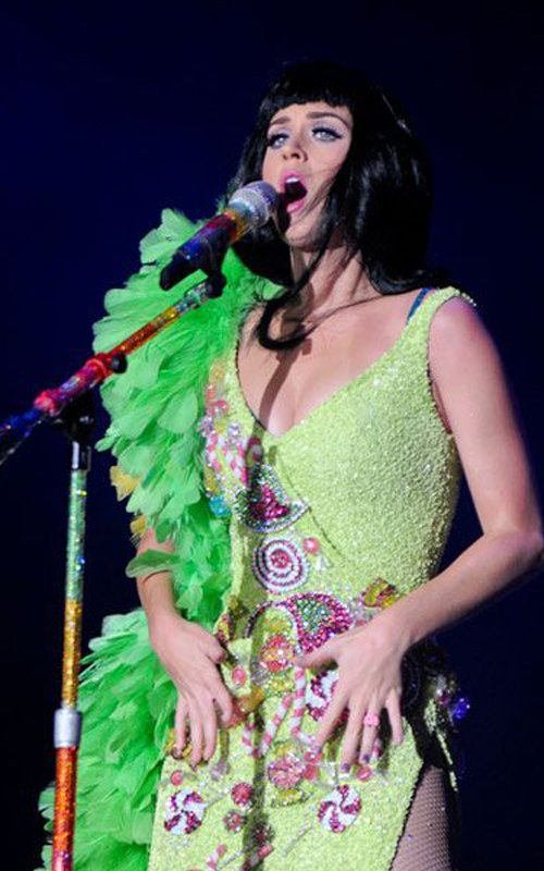 Katy Perry embrasse un admirateur lors du Festival Rock In R