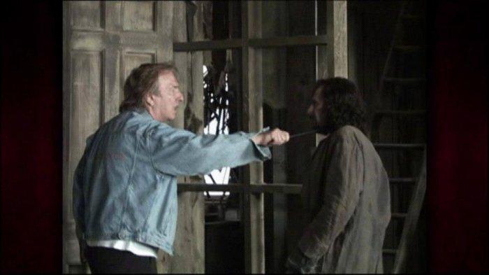 Alan Rickman menace Sirius Black (Gary Oldman)