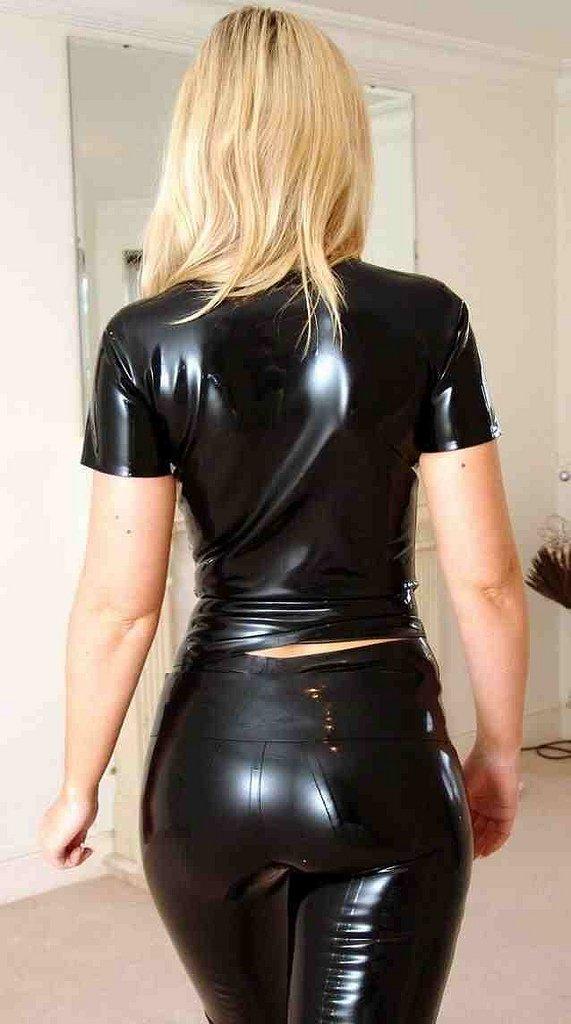 La tenue de ma nouvelle secrétaire : LATEX de haut en bas !