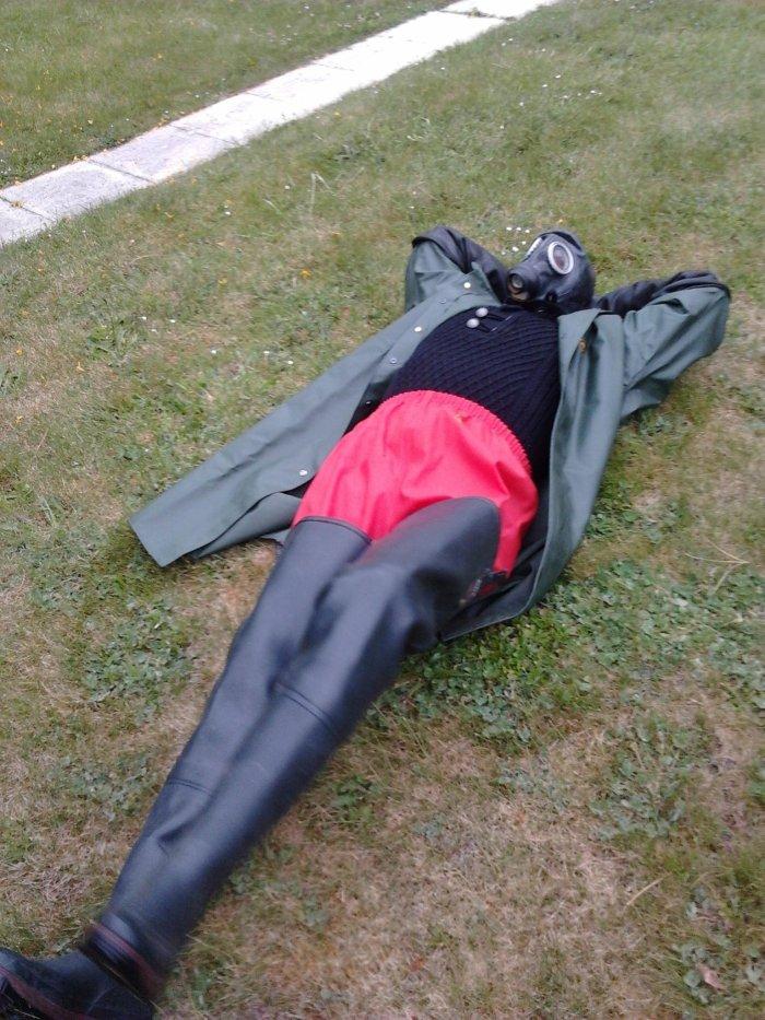 L'idée de faire une sieste en cuissardes caoutchouc !