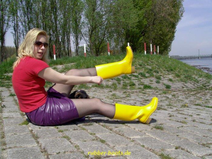 eh tu viendrais pas m'aider à les mettre mes bottes jaunes ?