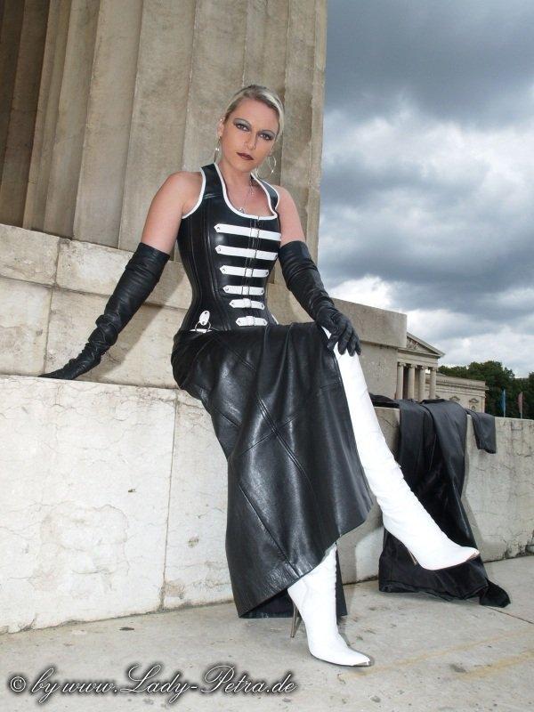Vous en pensez quoi de cette robe en cuir et de mon corset ?