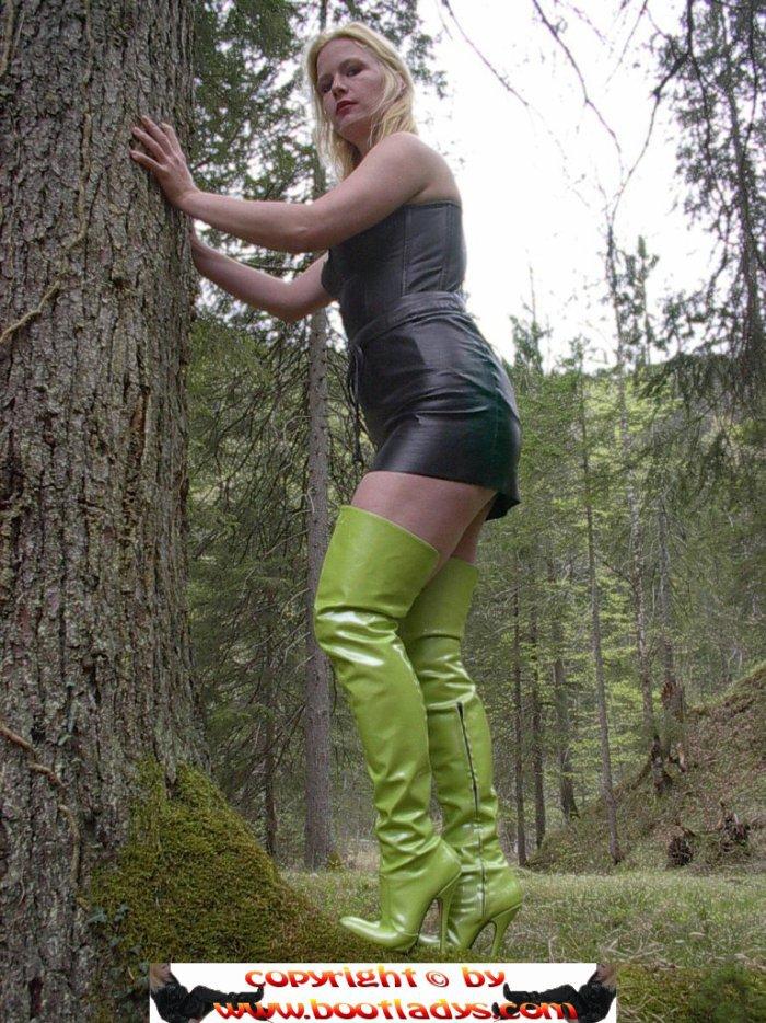 T'as vu, j'suis écolo avec mes cuissardes vertes, en forêt !