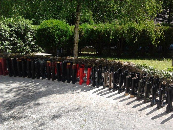 L'armée de bottes toutes en caoutchouc se prépare