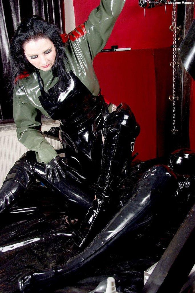 Bouge pas ! je fais un massage par les bottes !