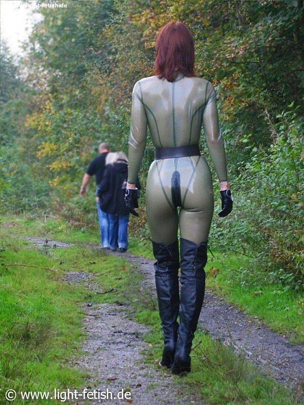 Ta tenue est superbe, Chérie, de derrière, qd tu marches...