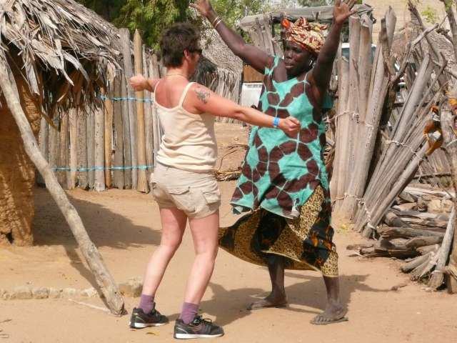 Christine s'initie à la danse sénégalaise!! fous rires!!