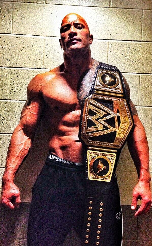 The Rock avec la nouvelle ceinture de Champion de la WWE