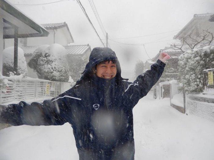 Mon copain s'amuse comme un gamin dans la neige.
