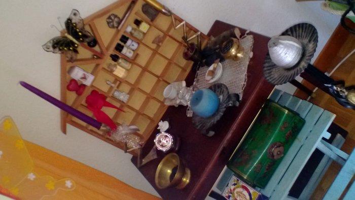 Nouvelle table. Nouvel arrangement.Le truc bizarre qui brille est une boule de cristal...