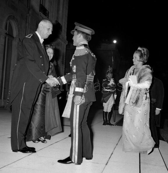 Princess Muna with king Hussein in Paris, greating de Gaulle