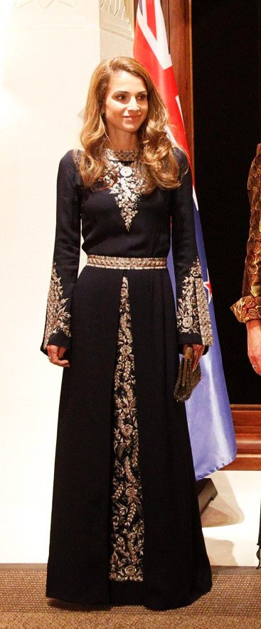 Queen Rania in jordanien traditionnal dress.