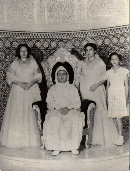 Late King Mohammed V and his daughters. (description bellow)