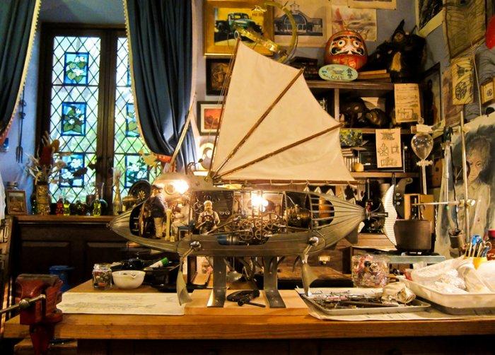 Bureau de Miyazaki avec ses vrais outils/dessins