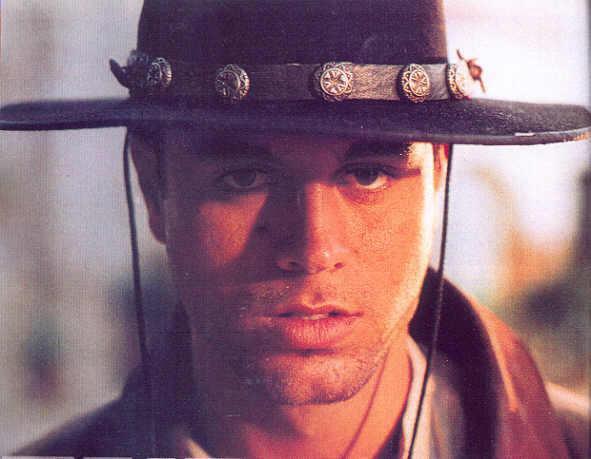Enrique est trop beau habillé en cowboy