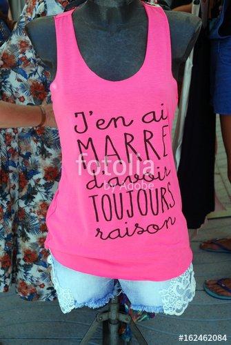 """""""Marché de Fréjus : T Shirt rose fuchsia : J'en ai marre d'avoir toujours raison"""" photo libre de droits sur la banque d'images Fotolia.com - Image 162462084"""