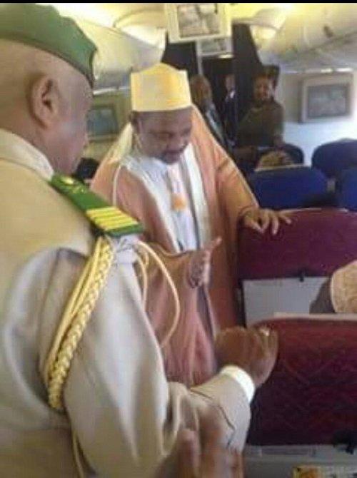 Il refuse de serrer la main du président Ikililou | Comores Infos