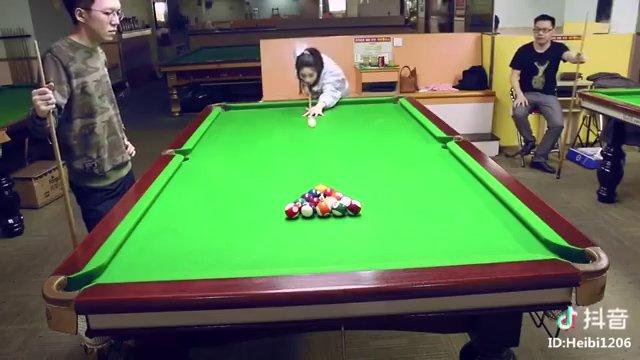 Cette chinoise met toutes les boules de billard dans le trou du 1er coup !