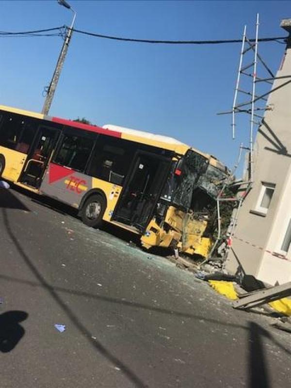 07-05-2018 - Motegnée - Accident Bus du Tec - victime d'un malaise du chauffeur - Le bus a terminé sa course contre la façade d'une maison. Il y a sept blessés.