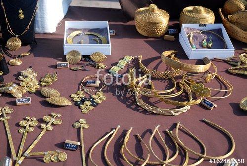 """""""Marché de Fréjus : Etal de bracelets, colliers et pendants d'oreilles en or bronze"""" photo libre de droits sur la banque d'images Fotolia.com - Image 162461550"""