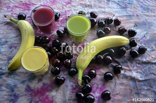 """""""Cerises, bananes et smoothies sur fond chamarré rose et violet"""" photo libre de droits sur la banque d'images Fotolia.com - Image 162560821"""