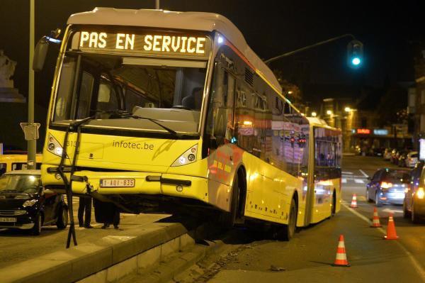 Tournai: un bus TEC s'empale sur la rampe du Pont Morel (Photos)