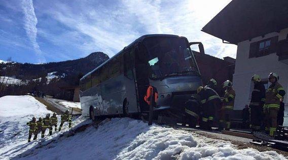 Großarl: Mit Kindern besetzter Reisebus drohte abzustürzen