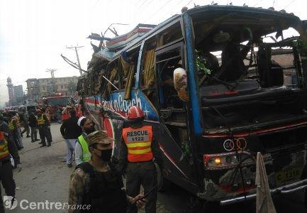 Pakistan : une bombe fait 17 morts à bord d'un car à Peshawar