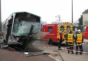 EN IMAGES. Corbeil : un bus s'encastre dans un abribus