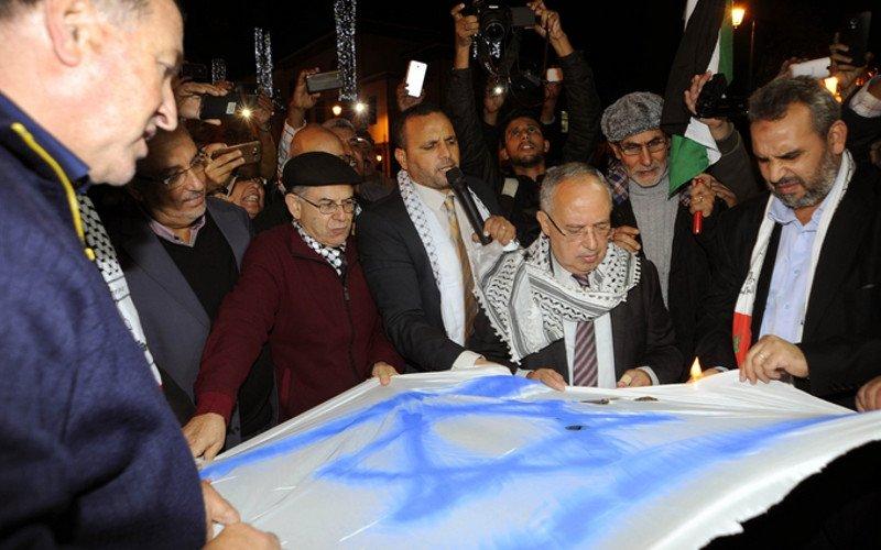 Le drapeau israélien brûlé par des extrémistes à Rabat pour protester de sa présence à la COP22