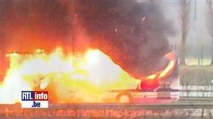 EXCLUSIF: Bus en feu à Bruxelles sur l'E411 - Vidéo - RTL Vidéos