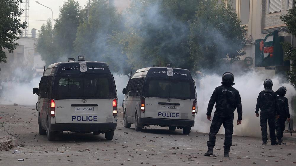 الجيش التونسي ينتشر في عدة مدن والشرطة تواصل عمليات الاعتقال والاحتجاجات في تصاعد | Euronews