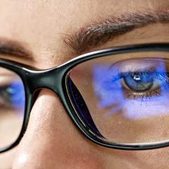 Sommeil: des lunettes filtrant la lumière bleue des écrans testées