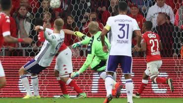 """Verbist : """"Teodorczyk pousse Laifis, mais il y a d'abord un bloc du joueur du Standard"""""""
