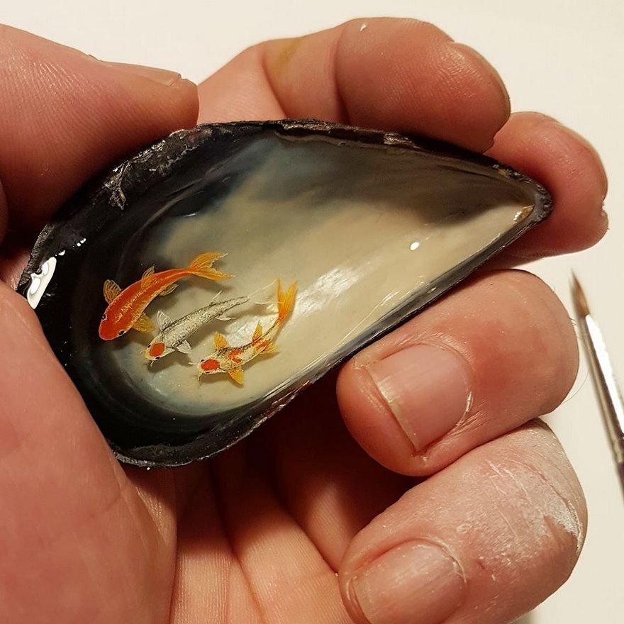 Un artiste turc peint de minuscules peintures sur de petits objets ^^