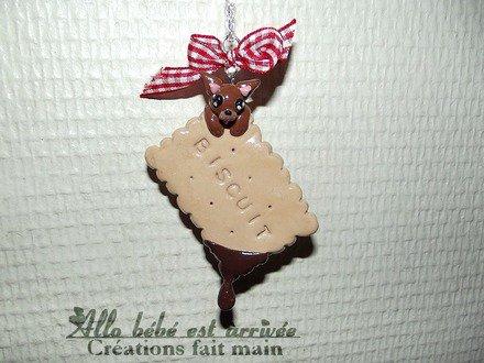 Sautoir gourmand biscuit chocolat chihuahua en fimo vernis + noeud vichy rouge. : Collier par allo-bebe-est-arrivee