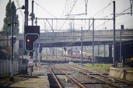 Les trois derniers wagons d'un train de voyageurs se détachent